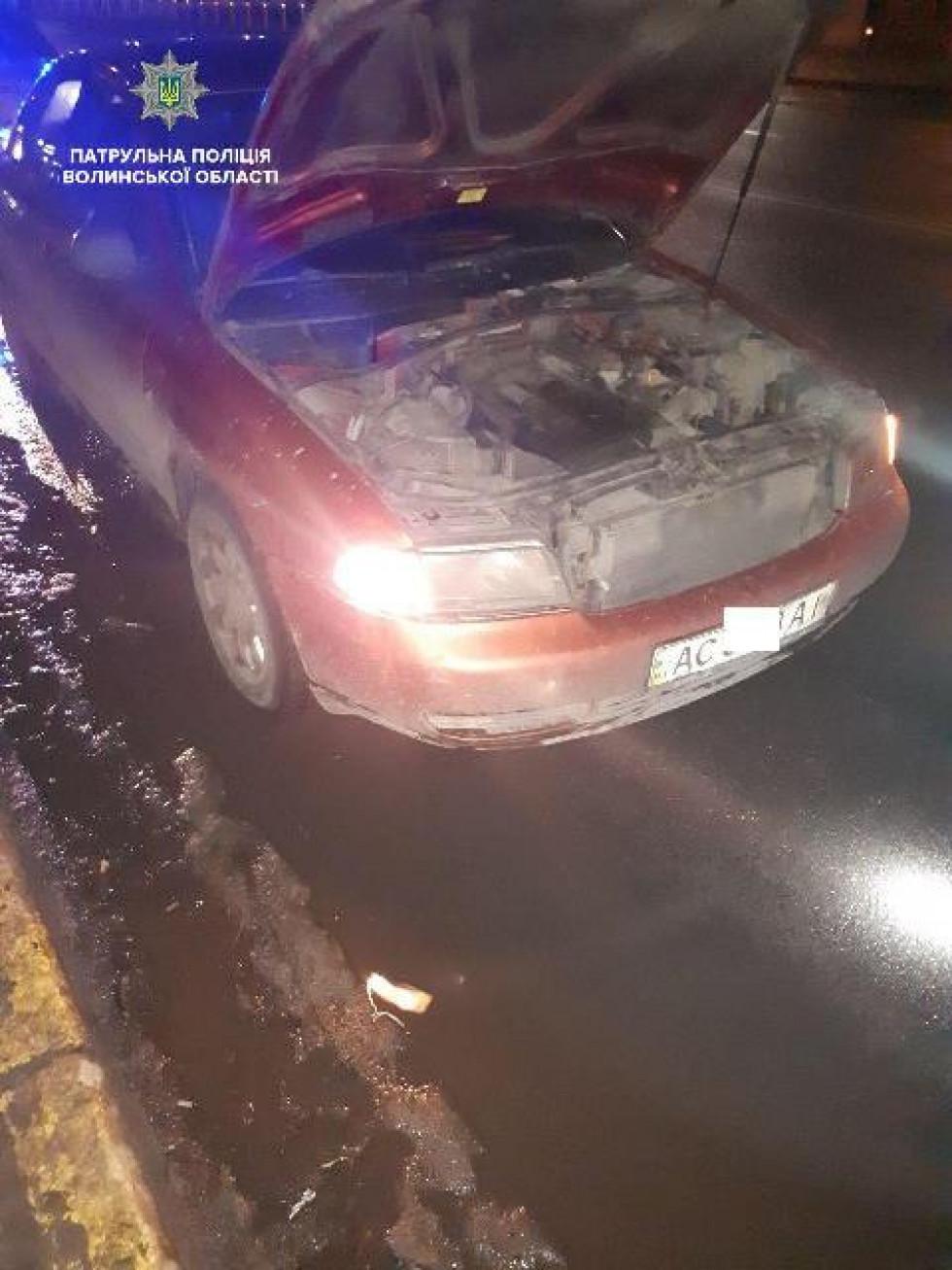 Зупинили авто, у якого не працювало ближнє світло лівої фари
