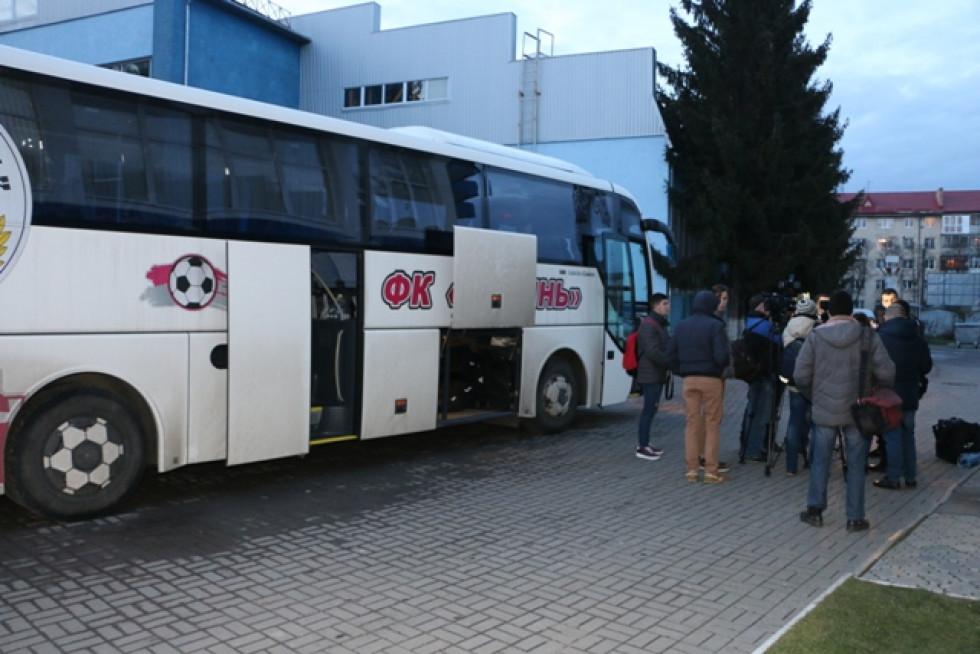 Біля клубного автобуса журналісти встигли «помучити» й гравців клубу