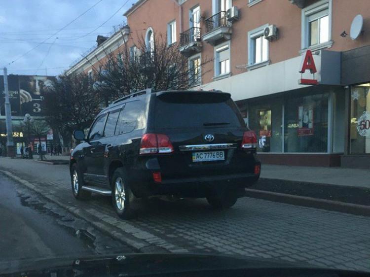 Припарковане авто на Волі