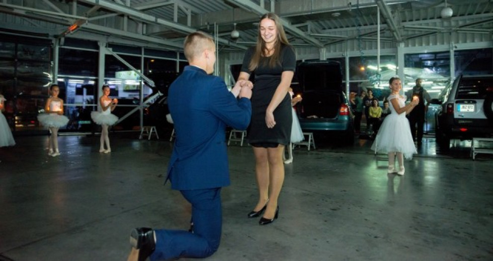 Хлопець пропонує своїй коханій одружитися