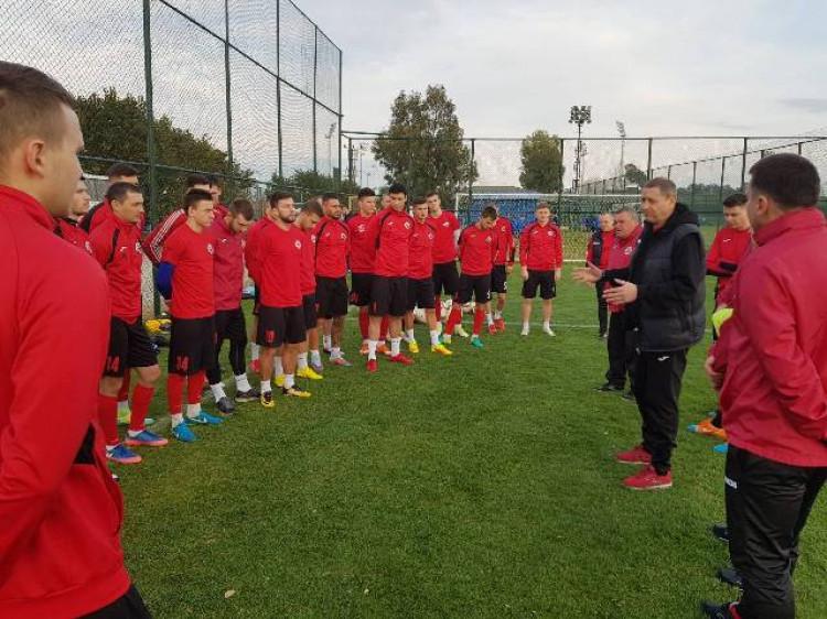 Головний тренер Віктор Богатир пояснює гравцям свою футбольну ідеологію