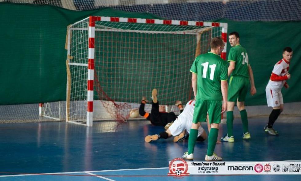 Гравці команди «Духче» забивають черговий гол у ворота «Острожця»