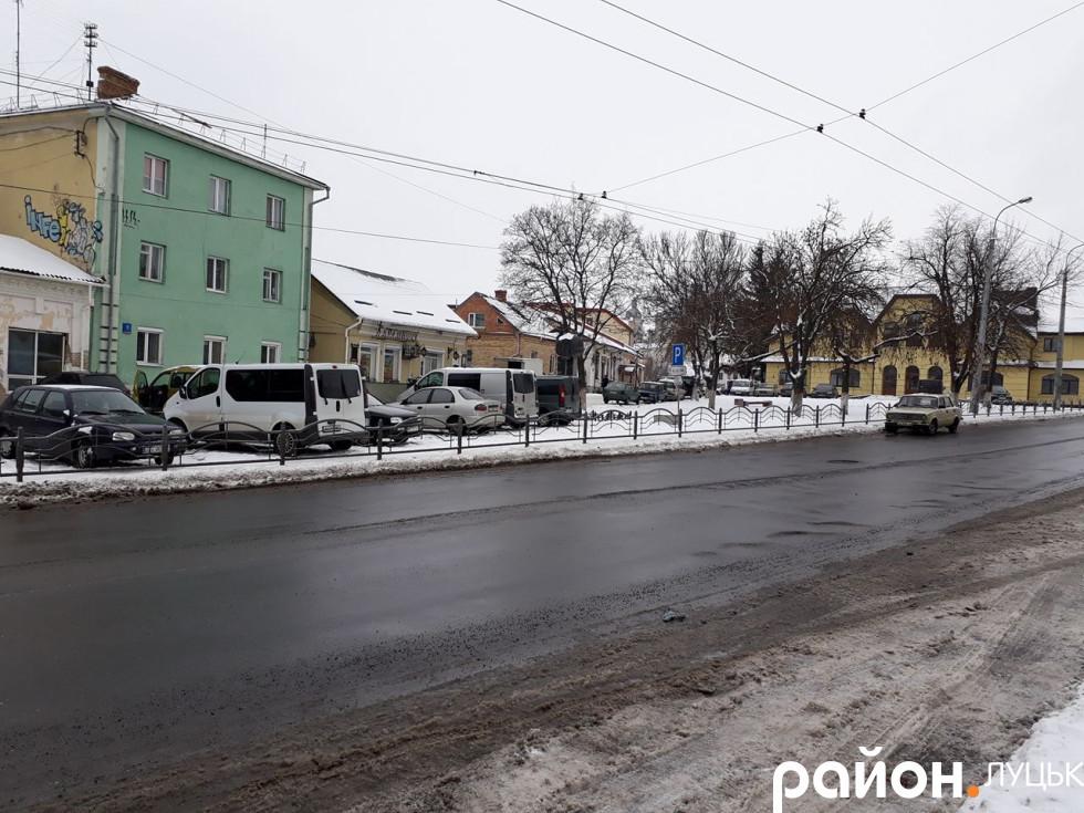 Автостоянка на Данила Галицького