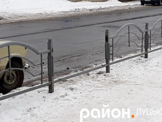 Одну секцію паркану хтось вирізав