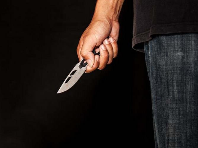 Поліцейський здійснив самозахист за допомогою ножа