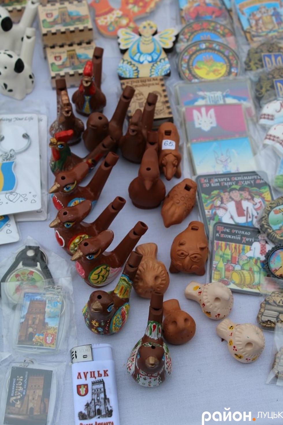Дитячі іграшки й магнітики