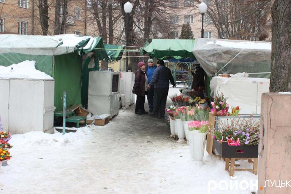 На місці квіткового ринку працює менше половини наметів