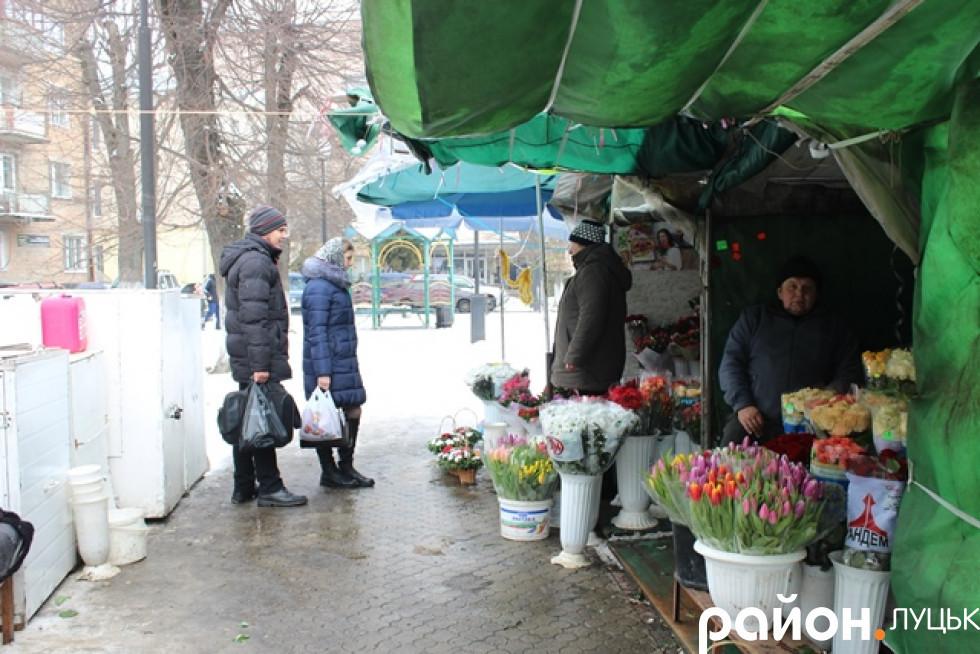 Нечисленні покупці приходять за квітами
