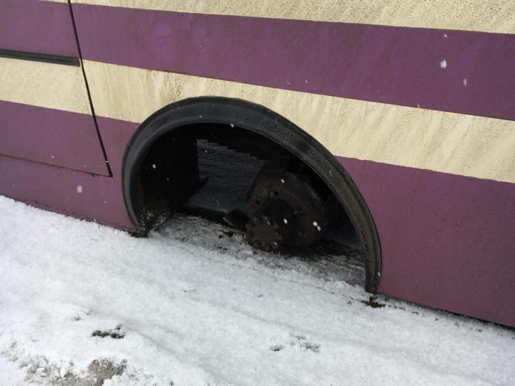 Автобус втратив колесо