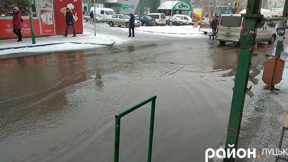 Вода залила дорогу