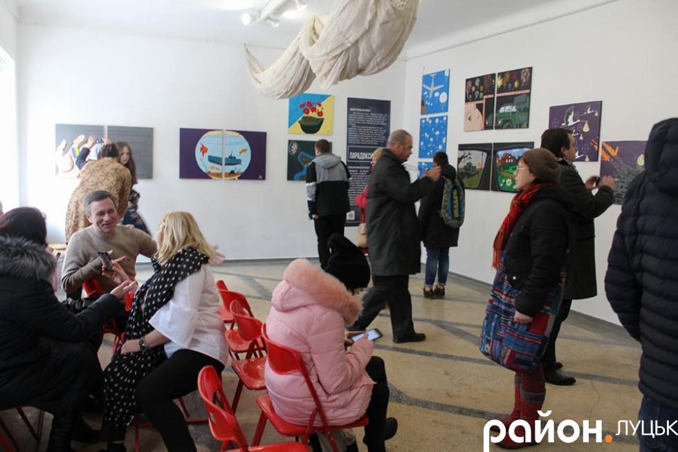 На виставку прийшли рідні хлопця, друзі, кохана дівчина та чимало сторонніх відвідувачів