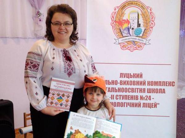 Юлія Гринчук із вихованицею садочка