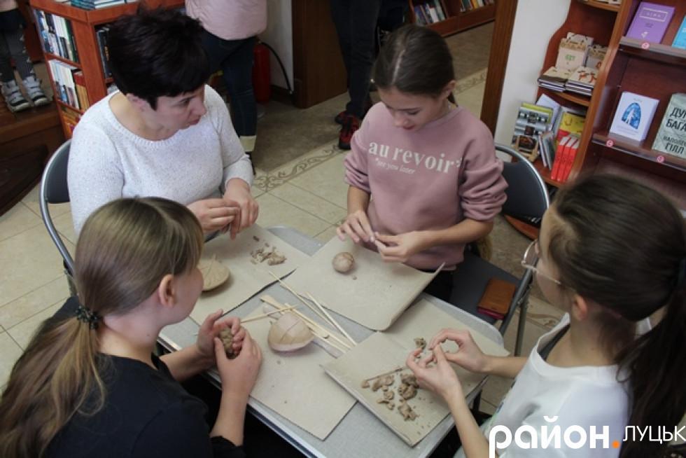 Вчитися робити ґудзики приходили цілими сім'ями