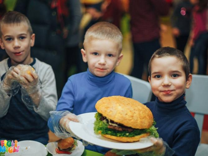 У луцькому FigliMigli малюки готували велетенські бургери