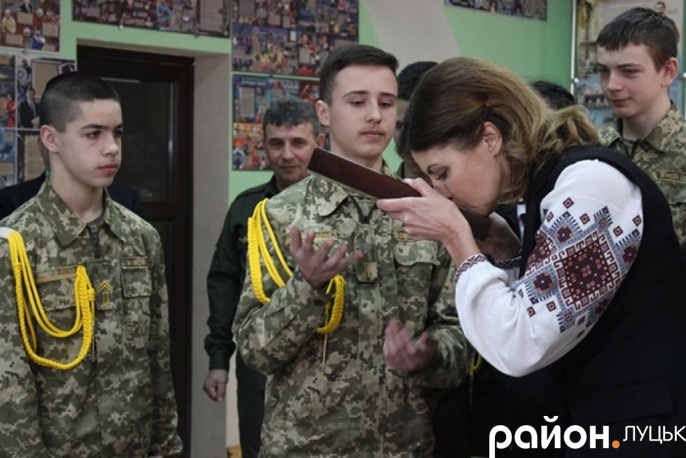 Учні дарують Марині Порошенко ікону