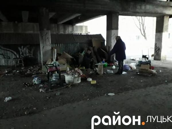 Під мостом між проспектами Перемоги та Соборності