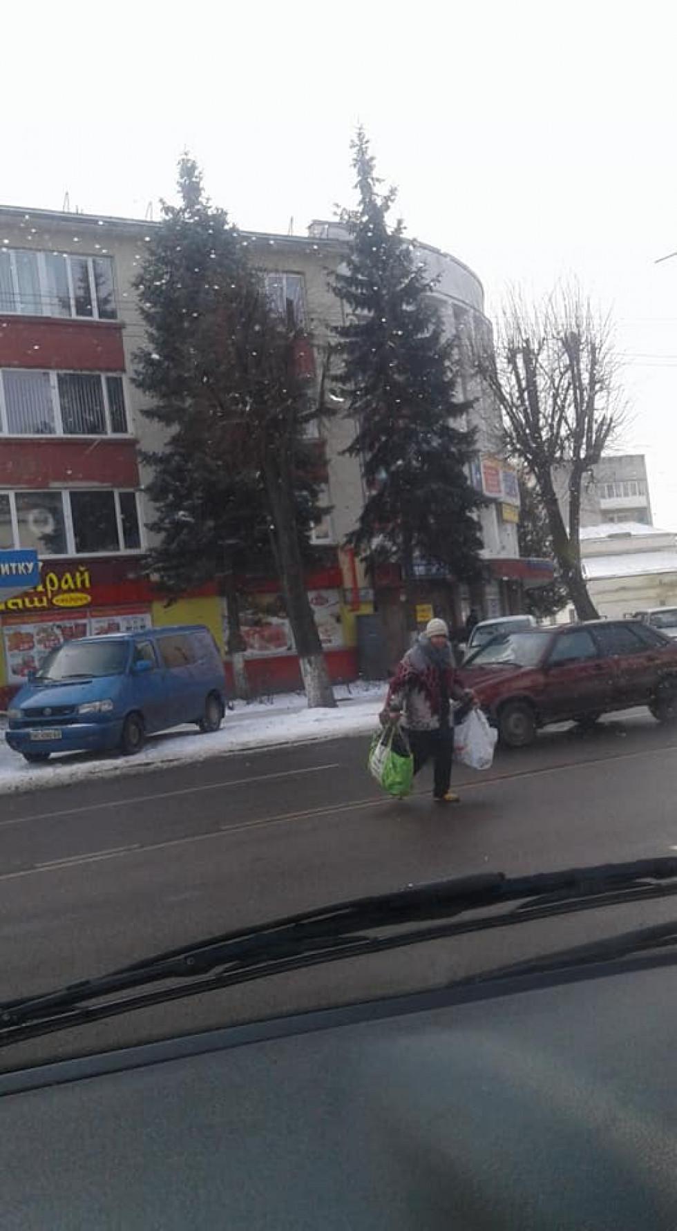 Жінка «летить» через дорогу