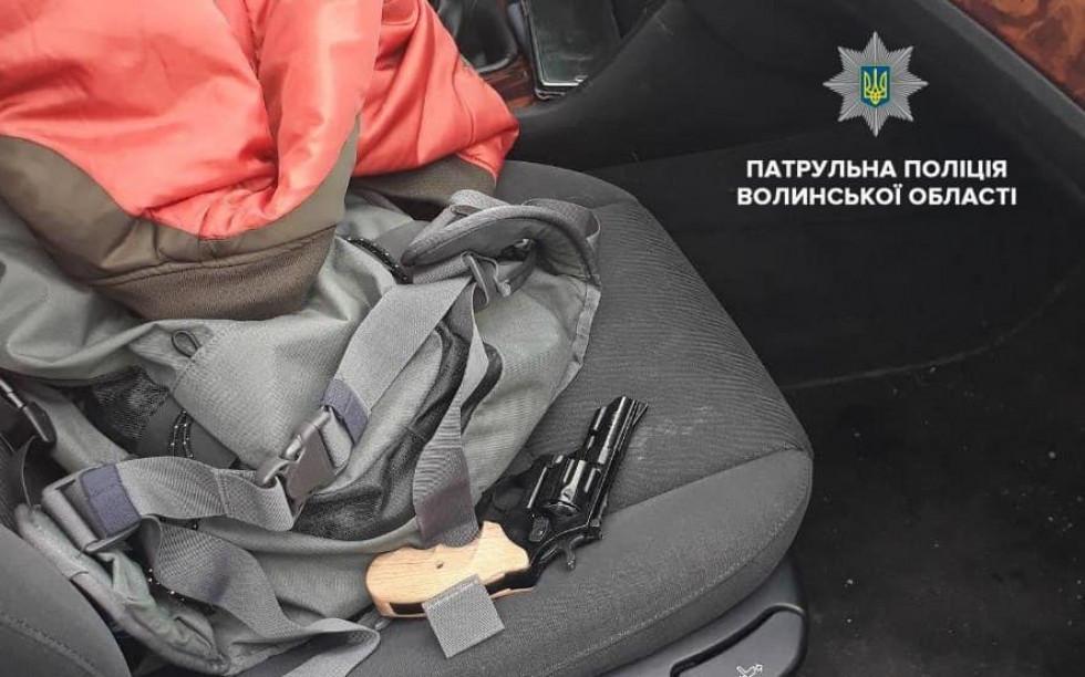 Зброя, знайдена в автомобілі чоловіка