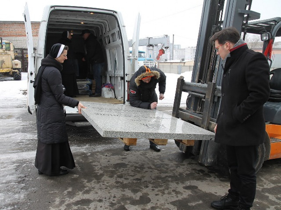 Плита лежала над тілом католиського єпископа  Шельонжека