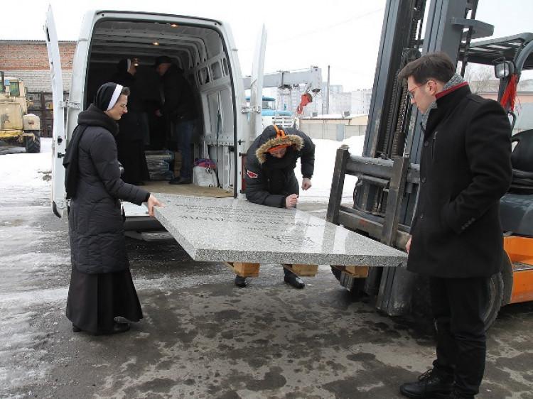 До Луцька привезли велику могильну плиту