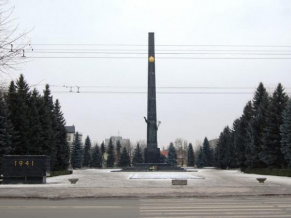 Центральний 40-метровий обеліск