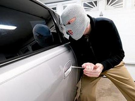 У Рованцях обкрадали гаражі й автомобілі