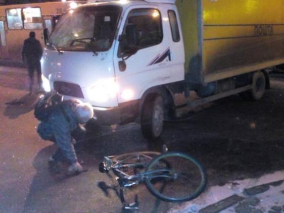 Вантажівка збила велосипедиста