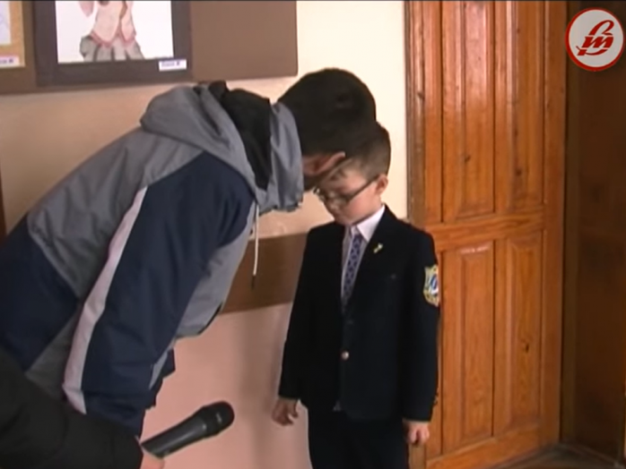 Батько скаржиться, що його сина не допускають до уроків