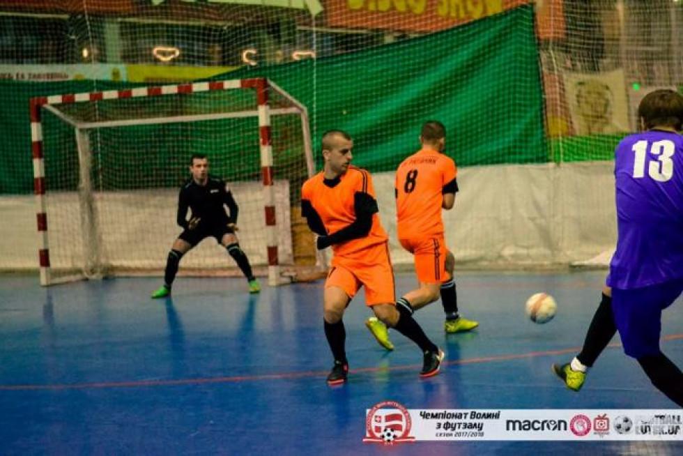 Кращий захист та ефективний напад: «помаранчева» команда «Рятівника» упевнено покрокувала у півфінал Третьої ліги