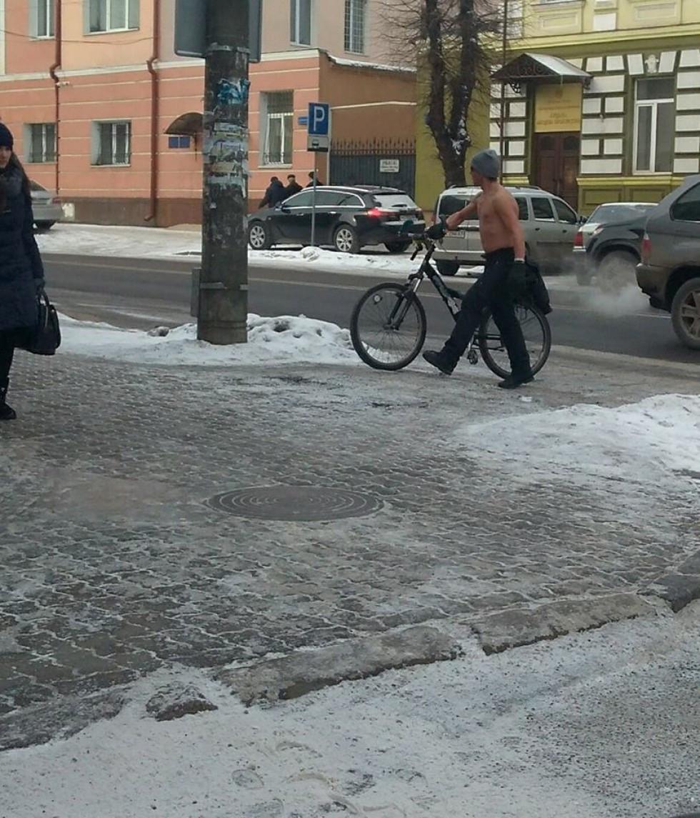 Напівоголеного чоловіка помітили в центрі міста