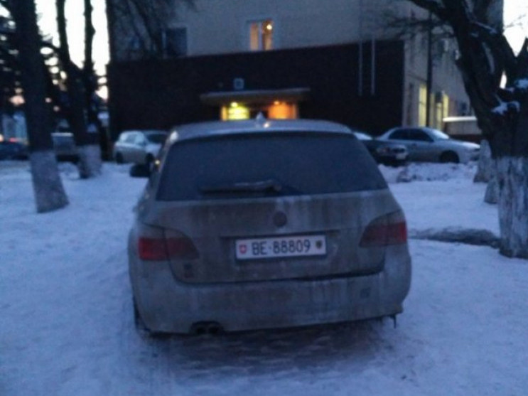 Авто припарковали біля Головного управління поліції на газоні