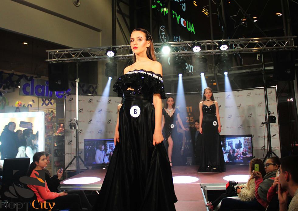 Моделі вийшли у сукнях від відомої дизайнерки Анни Дідух