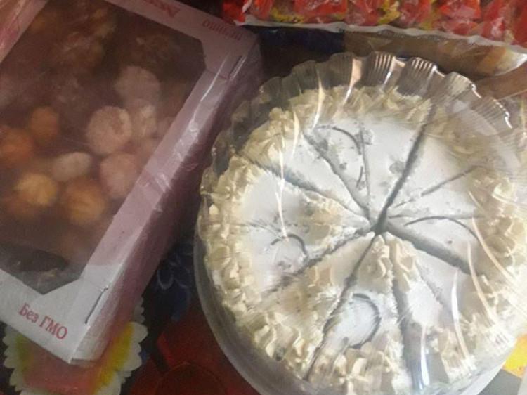 Працівники патрульної поліції подарували сім'ю солодощі