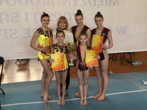 Луцькі акробатки з наставницею Оленою Кришпінович