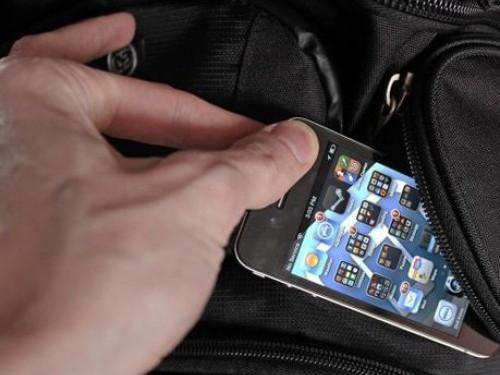 Хлопець вирвав з рук дівчини телефон