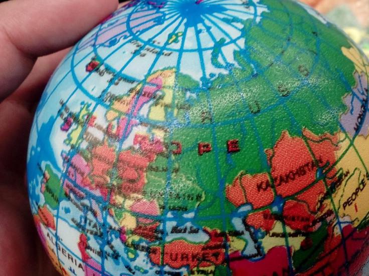 Глобус, на якому Україна, Росія й Білорусь позначені зеленим кольором