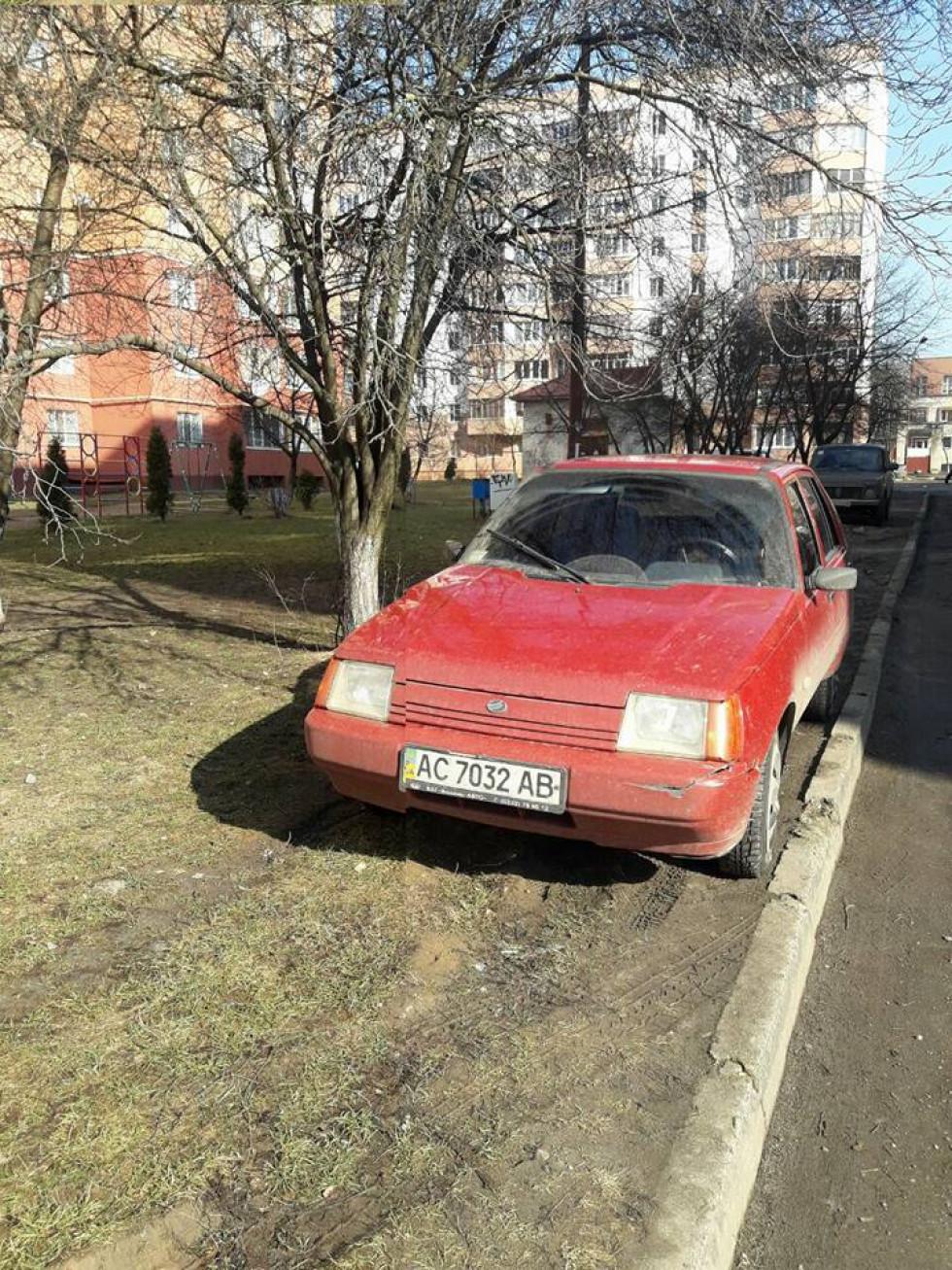 Під колеса машини потрапляють газони та зелені зони