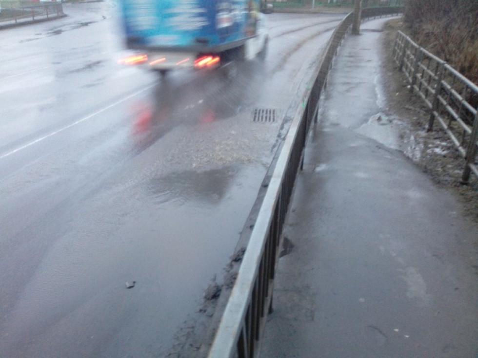 Автівки обливають пішоходів брудною водою