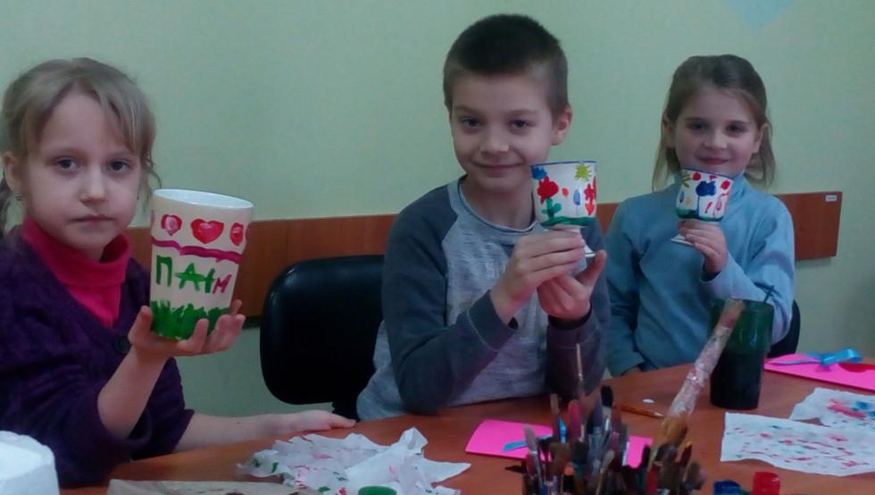 Діти займаються декоративно-ужитковим мистецтвом