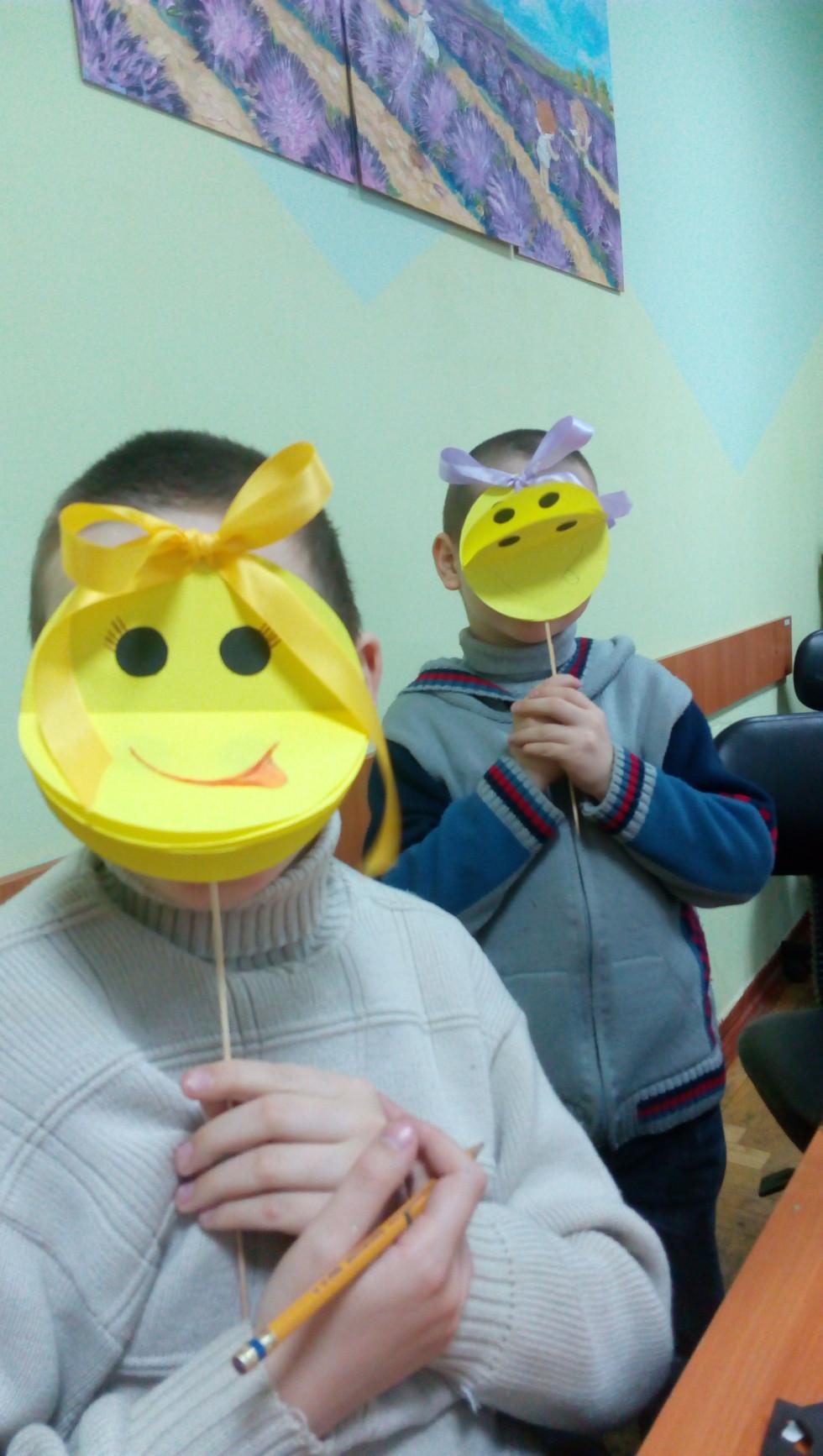 Діти у власноруч зроблених масках