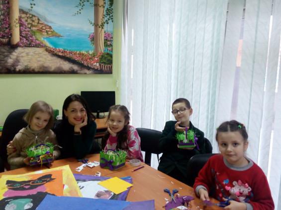 Діти займаються творчістю