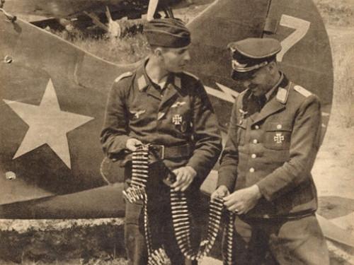 Німецькі солдати на фоні літака 89-го винищувально-авіаційного полку, який базувався в Луцьку. Характерна особливість літаків полку - зображення блискавки