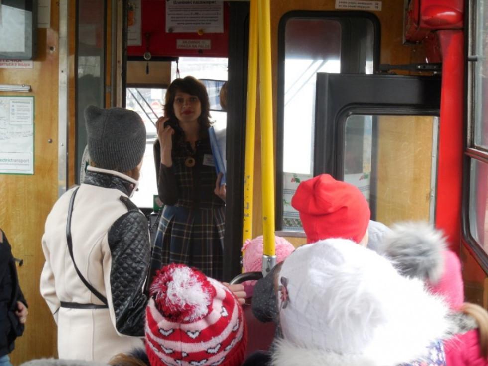 Подорожуючи тролейбусом, діти обговорювали, як працюють заклади, повз які вони проїжджали