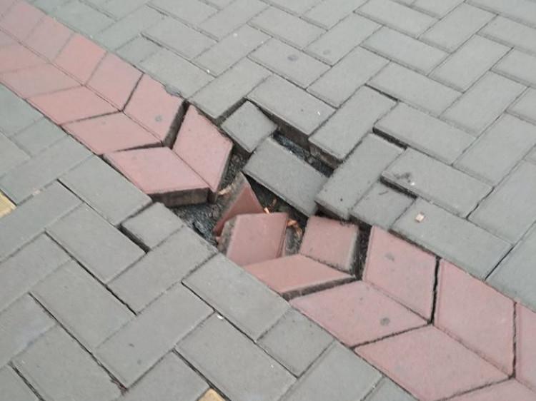 Яма на тротуарі