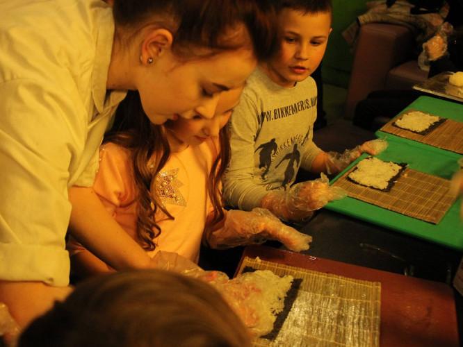Дітей вчать робити суші