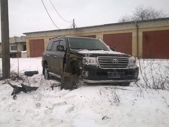 На вулиці Мамсурова водій Toyota Land Cruiser врізався в електроопору