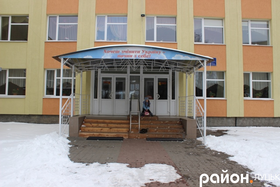 Маша чекає на учнів перед входом до школи
