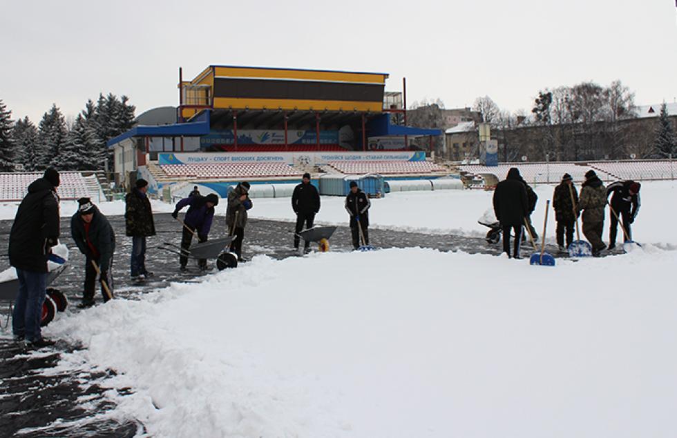 Домашній стадіон «Волині» розчищають від снігу
