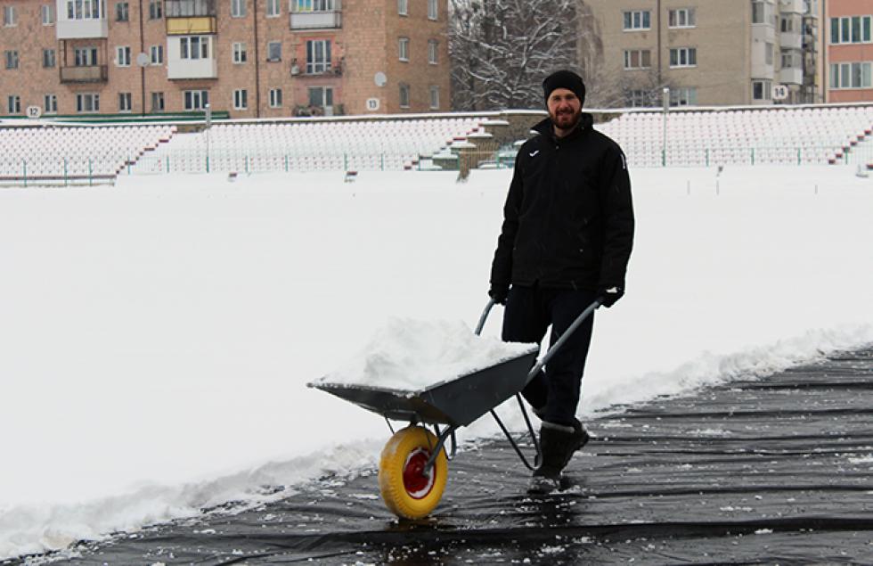 Гравець «Волині» у першій частині сезону та тренер дитячої команди «Волині» Роман Степанов також доклав зусиль для підготовки рідного стадіону