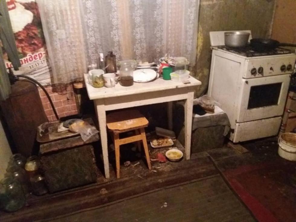 Купа брудного посуду і зіпсована їжа